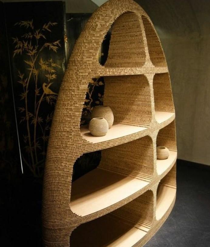 bett aus pappe, kartonregale, bücherregale vasen, bunte wand mit dekorationen