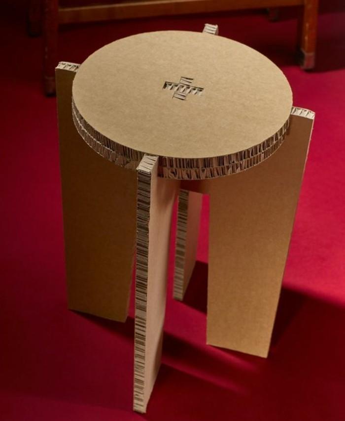 bett aus pappe, hocker selber bauen, roter boden, konstruktion, hockermöbel