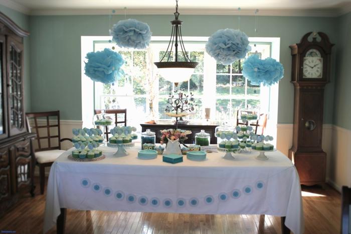 blaue Papierblume, weiße Tischdecke, blaue Süßigkeiten, blaue Teller, Geburtstagsdeko für einen Jungen