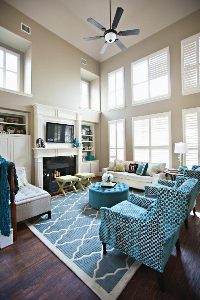 blauer Teppich, blaue Sessel, eine Couchtisch in blauer Farbe, Diele am Boden, Wandgestaltung für Wohnzimmer