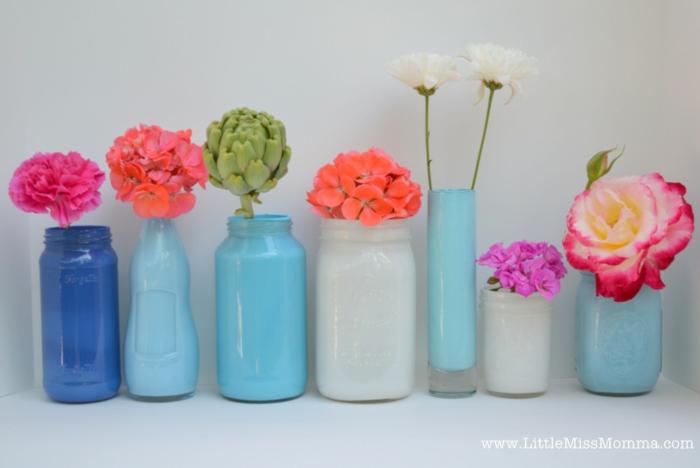 weiße und blaue Vasen, rosa und orange Blumen, Tischdeko für Geburtstag, herrliche Vasen
