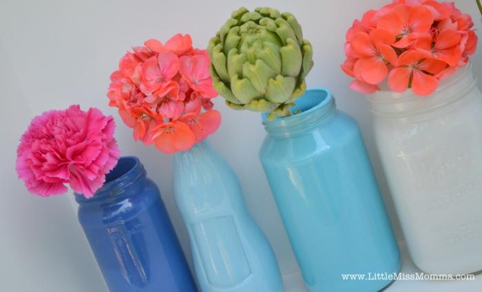 blaue Vasen, bunte Blumen in rosa, oranger und grüner Farben, Tischdeko Geburtstag selber machen
