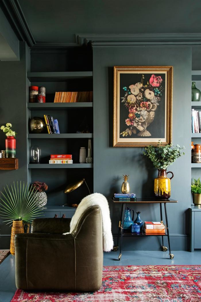 blaue Wandfarbe, Wandgestaltung für Wandfarbe, viele Wandregale, schwarzes Bild mit bunten Blumen