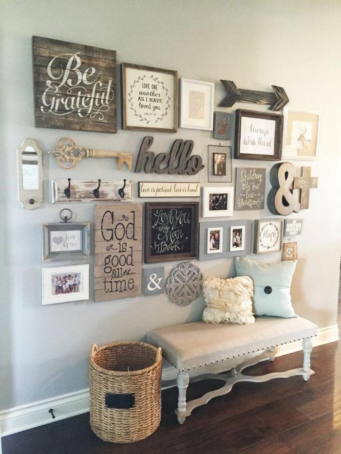 ein Beispiel für üppige Wanddeko, Wandgestaltung für Wohnzimmer, blaue Wandfarbe, Parkett Boden