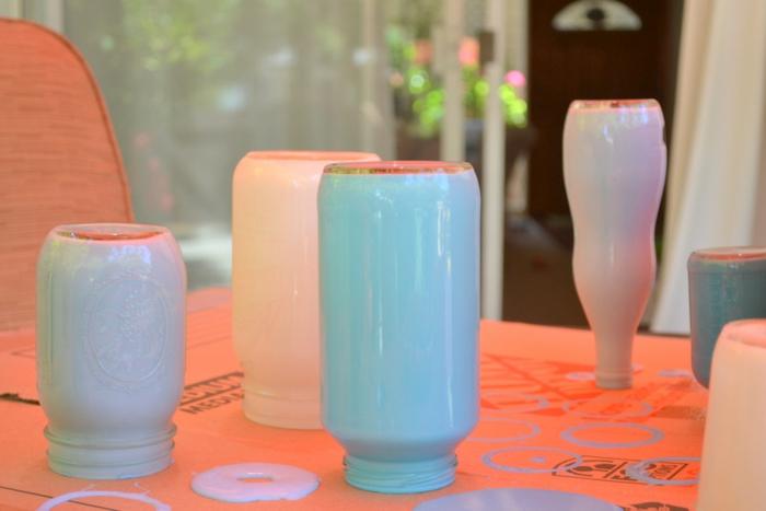 weiße und blaue Vasen färben und die überflüssige Farbe ausgießen lassen, Tischdeko Geburtstag selber machen