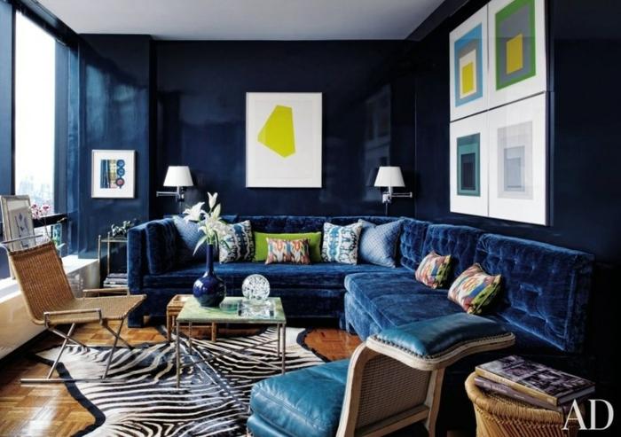 blaue Wandfarbe, viele Bilder hängen an den Wänden, Zebra Teppich, Wandgestaltung für Wohnzimmer