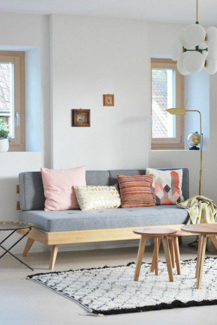 ein graues Sofa, bunte Kissen, kleine Tische, ein weißer Teppich, kleine Räume einrichten