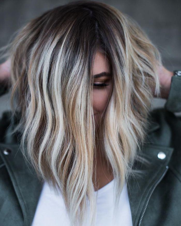 frisuren für damen ideen, eine junge frau mit langen blonden strähnchen, damen frisuren, strähnchen selber machen