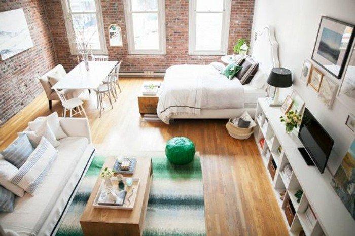 zimmer einrichten auf eine kreative weise, doppelbett, essbereich, sofa mit regale und fernseher zum chillen, alles im selben raum