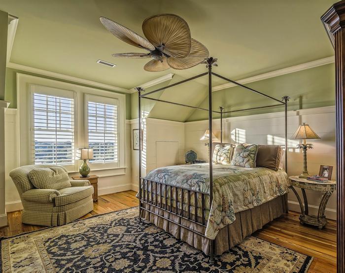 Ein Hotelbett in einem sehr kleinen Schlafzimmer, Einrichtung für höchsten Schlafkomfort