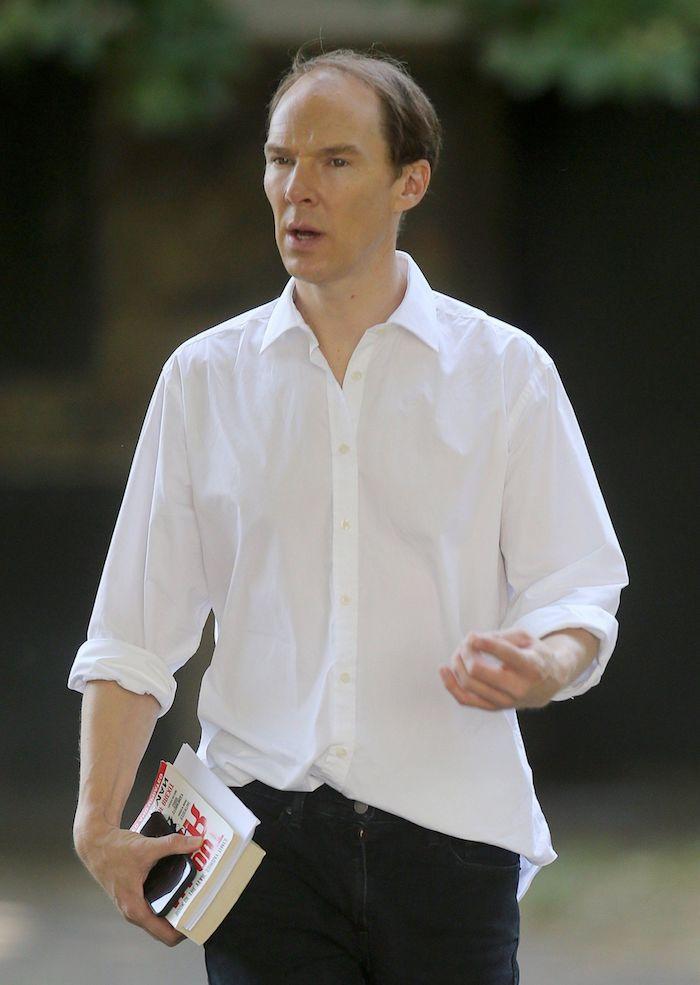 neuer film brexit, Dominic Cummings, ein mann mit einem weißen hemd und zwei weißen büchern, garten mit grünen bäumen