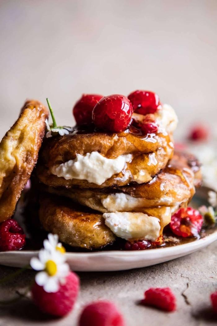 brunch ideen, croissants selber machen, dessert mit honig, sahne und himbeeren