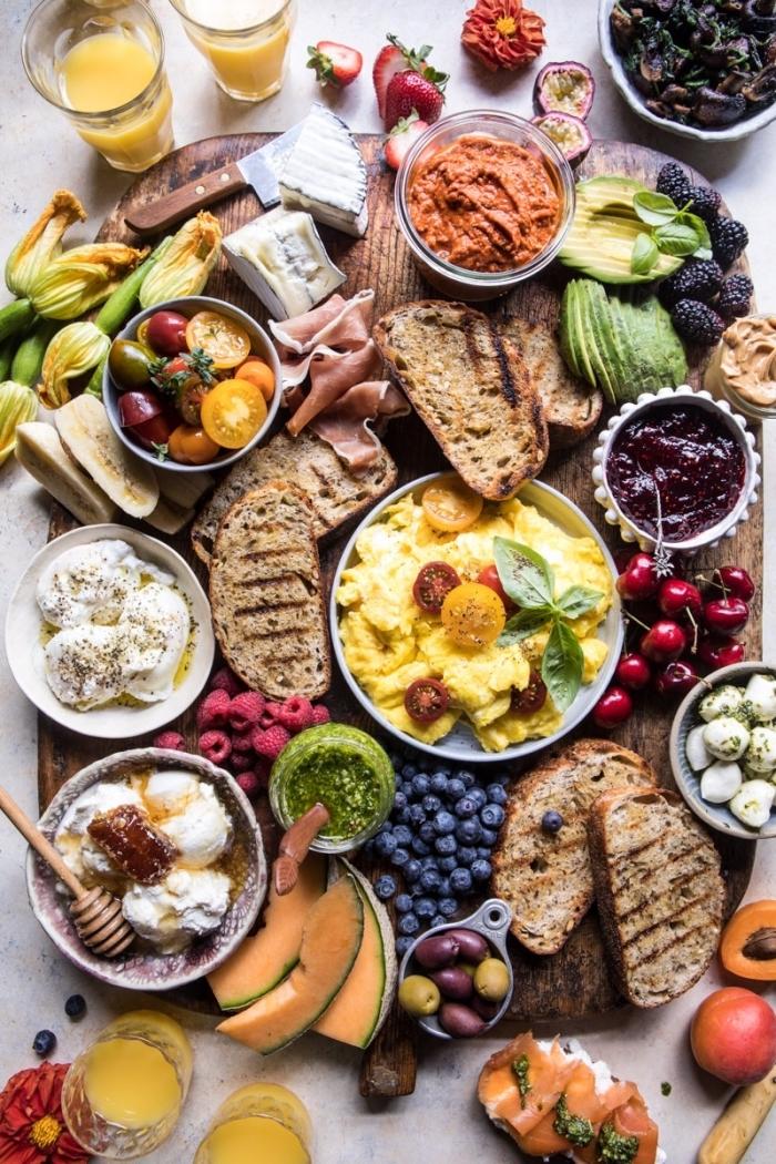 brunch ideen, frühstück machen, gemüse und früchte, eier rezepte, glas orangensaft, tisch