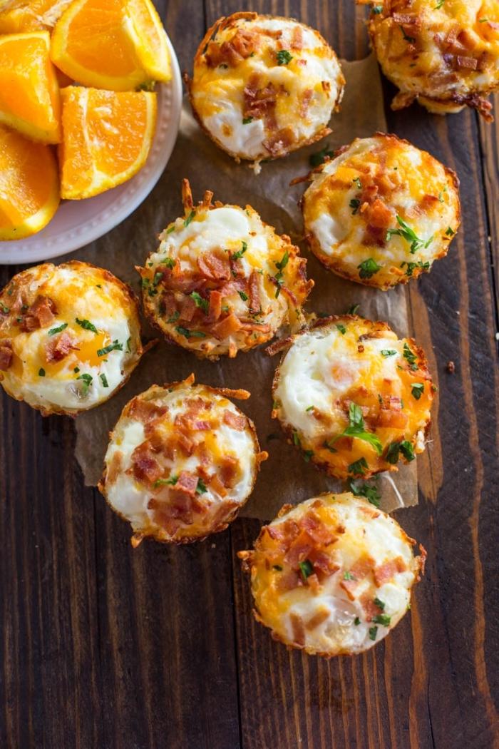 brunch ideen und rezepte, stücke orange, salzige muffins mit käse, eiern und bacon
