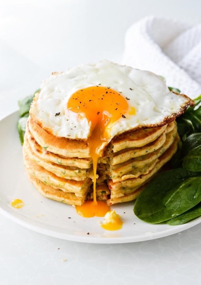 brunch rezepte zum vorbereiten, pfannkuchen mit gebratenem ei, frühstück mit spinat