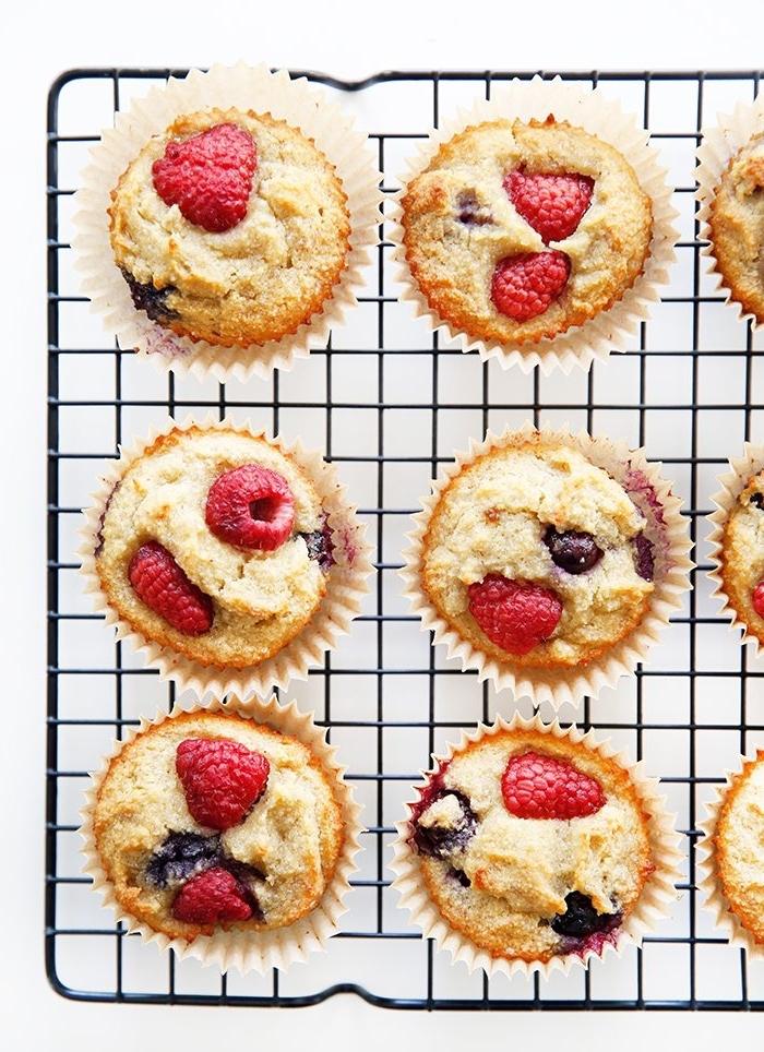 brunch rezepte zum vorbereiten, cupcakes mit blaubeerne und himbeeren, früchte
