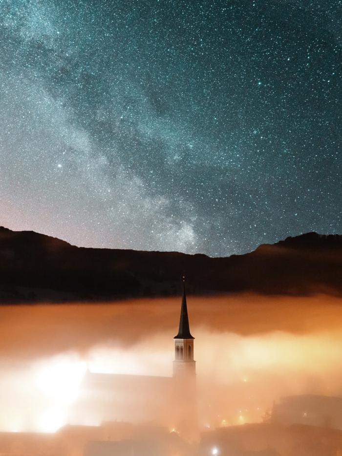 hintergrundbilder kostenlos suchen finden und herunterladen, bild über eine stadt, himmel mit sterne und leuchte in der nebel