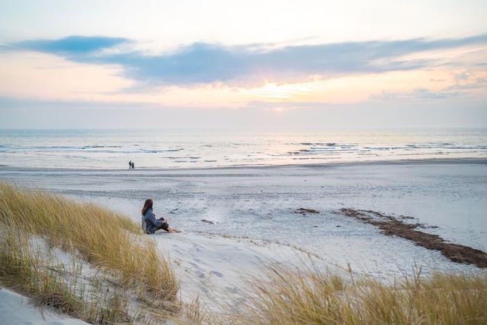 sonnenuntergang am meer, dänischer nordseestrand, henne strand in dänemark