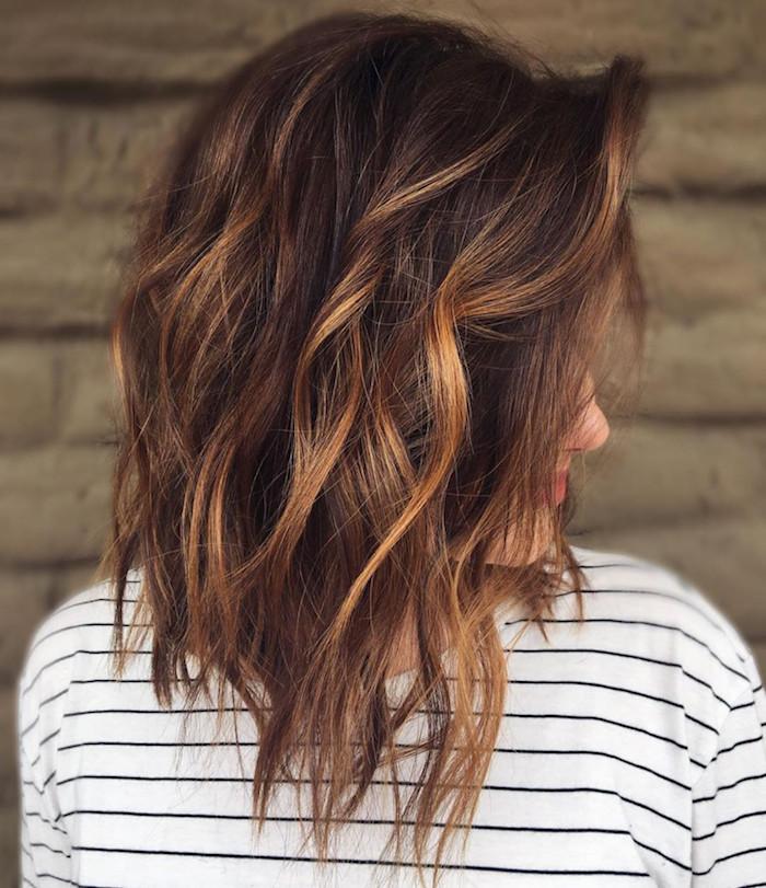trendige damen frisueren, lange haare und braune lange strähnchen, eine frau mit einem weißen pullover