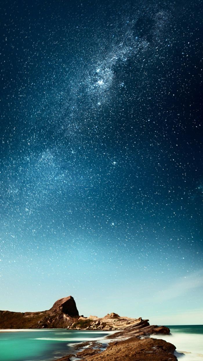 eine Mischung aus verschiedenen Elementen, das Meer, die Felsen, der Himmel und die Milchstraße, schöne Hintergrundbilder