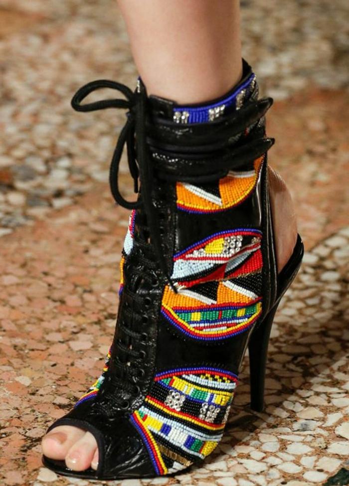schuhe in schwarz mit absätzen und traditionellen afrikanischen mustern in bunten farben, stoffe kaufen