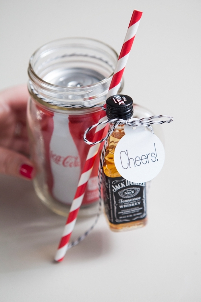 Coca Cola und Whiskey in Glas mit Strohhalm und Anhänger, originelles Geschenk zu Weihnachten