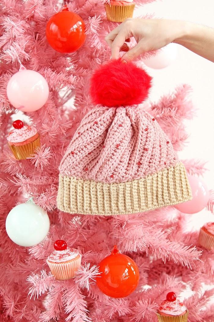 Mütze selber stricken als Cupcake, mit großer roter Bommel, DIY praktisches Weihnachtsgeschenk für Freundin