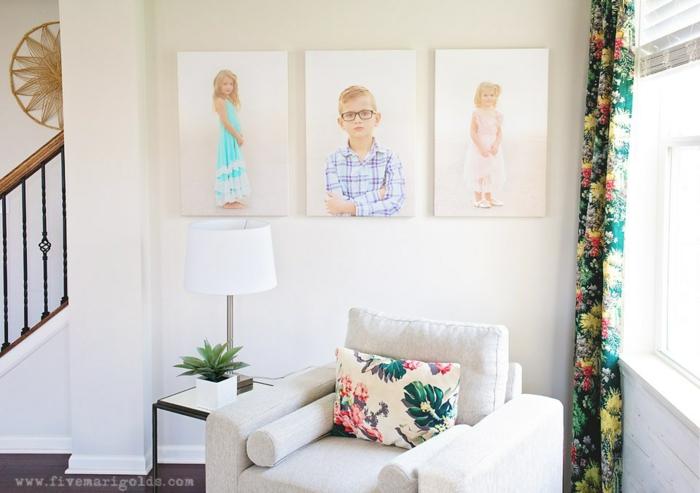 weiße Wandfarbe, drei Fotos von den Kindern in der Familie, ein weißer Sessel, Wandgestaltung für Wohnzimmer
