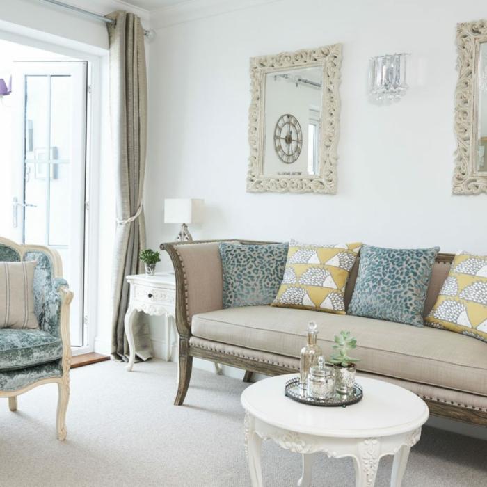 Wandgestaltung für Wohnzimmer, ein beiges Sofa, zwei beige Spiegelrahmen, weißer Teppich