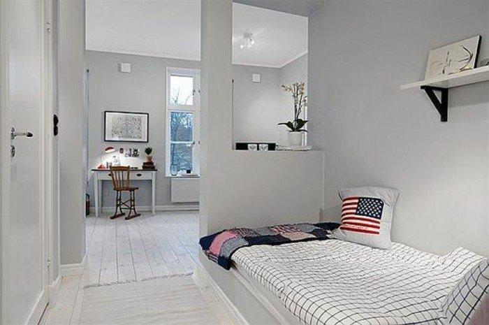 kleine Räume einrichten, ein Studentenheim, ein Bett mit weißem Kissen, weiße Diele, weiße Leistne