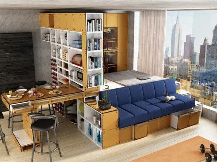eine Wohnung auf einem Hochhaus, oranger Teppich, blaues Sofa vor dem Bett, eine Glaswand, Wohnideen Wohnzimmer