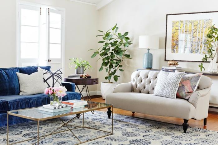 ein blaues Sofa und ein beiges Sofa, ein alter Teppich, Wanddeko Wohnzimmer, ein schönes Bild
