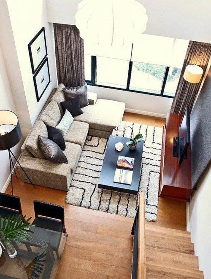 ein schwarzer Tisch, ein weißer Teppich, ein beiges Sofa, schwarze Gardinen, Wohnideen Wohnzimmer