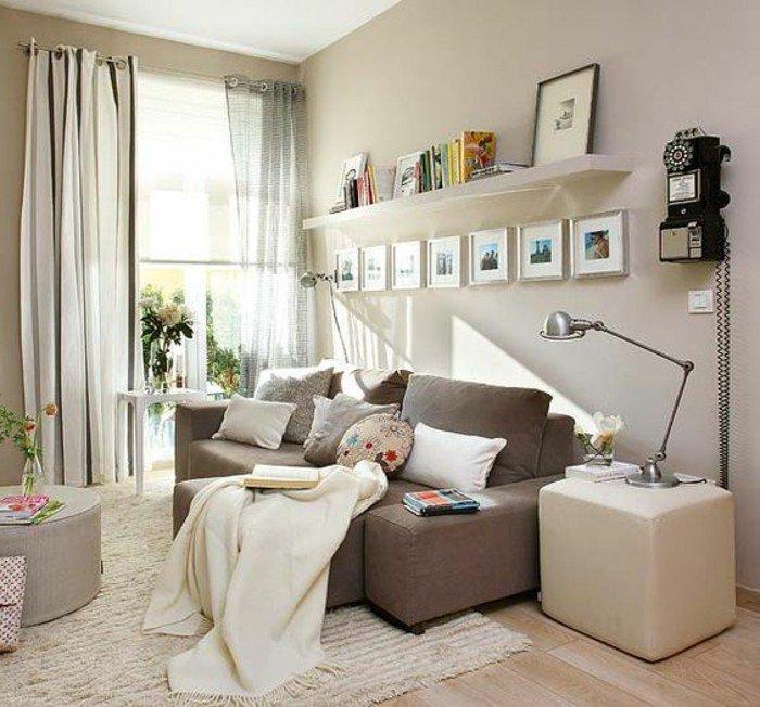 braunes Sofa, bunte Kissen, viele kleine Bilder, schwarz weiße Vorhänge, eine große Stehlampe, ein weißer Teppich, kleines Wohnzimmer einrichten