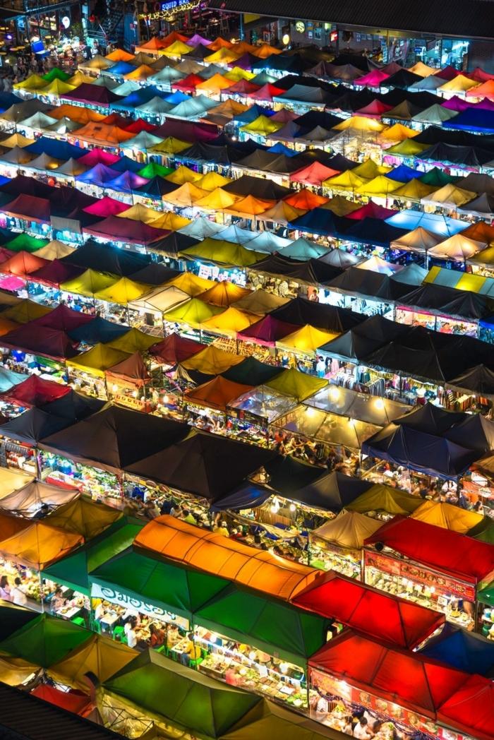 bunte Zelte, helle Lichter, ein Festival mit vielen kleinen Geschäfte, Bildschirmhintergrund in knalligen Farben