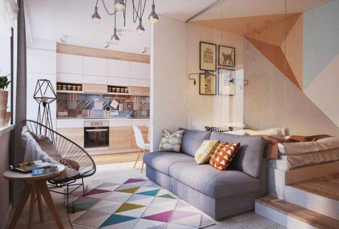 Teppich mit geometrischen Muster, die Kissen ebenso, vier kleine Bilder, graue Couch, Einrichtungsideen Wohnzimmer