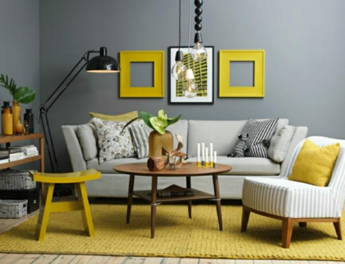 graue Wandfarbe, gelbe Rahmen und gelbes Bild, Wohnzimmer Farben, ein brauner Couchtisch, ein gelber Teppich