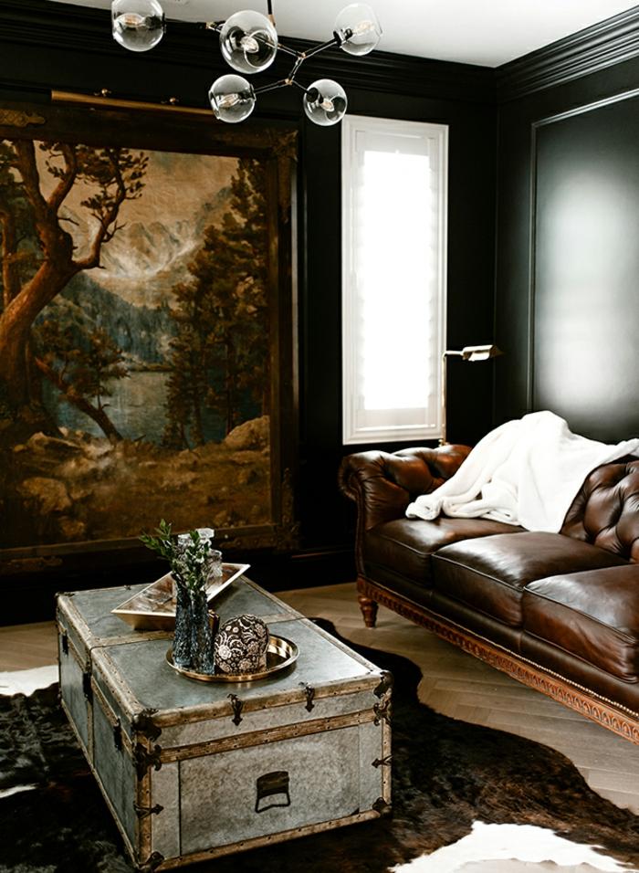 ein braunes Ledersofa, ein Tisch in silberner Farbe, ein Bild mit einem Wald, Wohnzimmer Farben