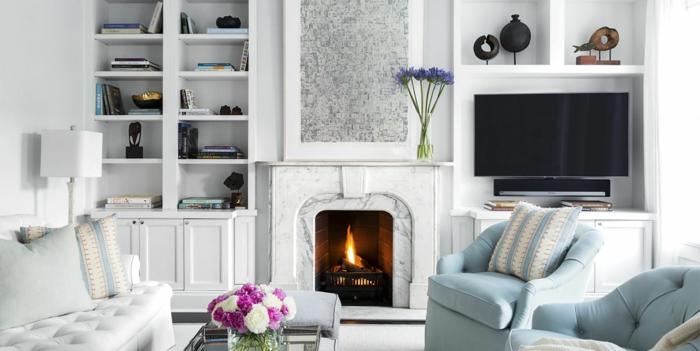 ein weißes Wohnzimmer, Wohnzimmer Farben, ein Kamin mit warmen Feuer, weiße Wohnzimmermöbel