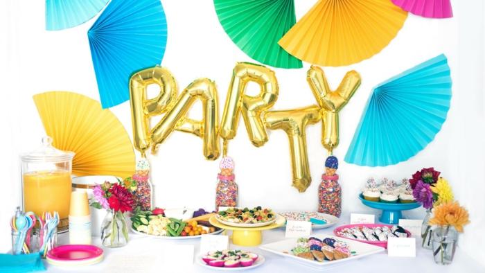 goldene Ballons, die Party sagen, binte Fächer, gesunde Snacks, ein Orangensaft, weißer Tisch, 50 Geburtstag Mann