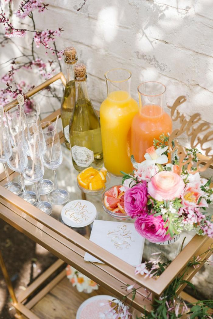 Orangensaft und Saft von Grapefruit, Blumen Tischdeko im Glas, viele hohe Gläser, goldener Schrift auf Karten