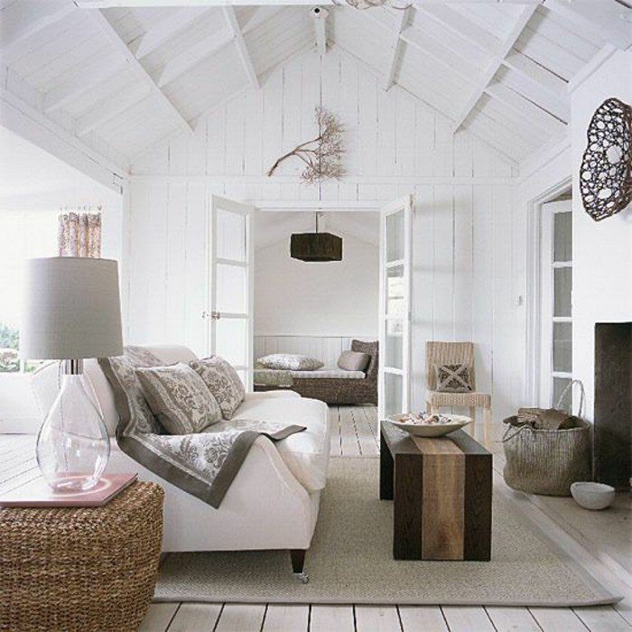 ein weißes Sofa, ein grauer Teppich, ein Tisch aus Holz, eine weiße Wandfarbe, Wohnideen Wohnzimmer