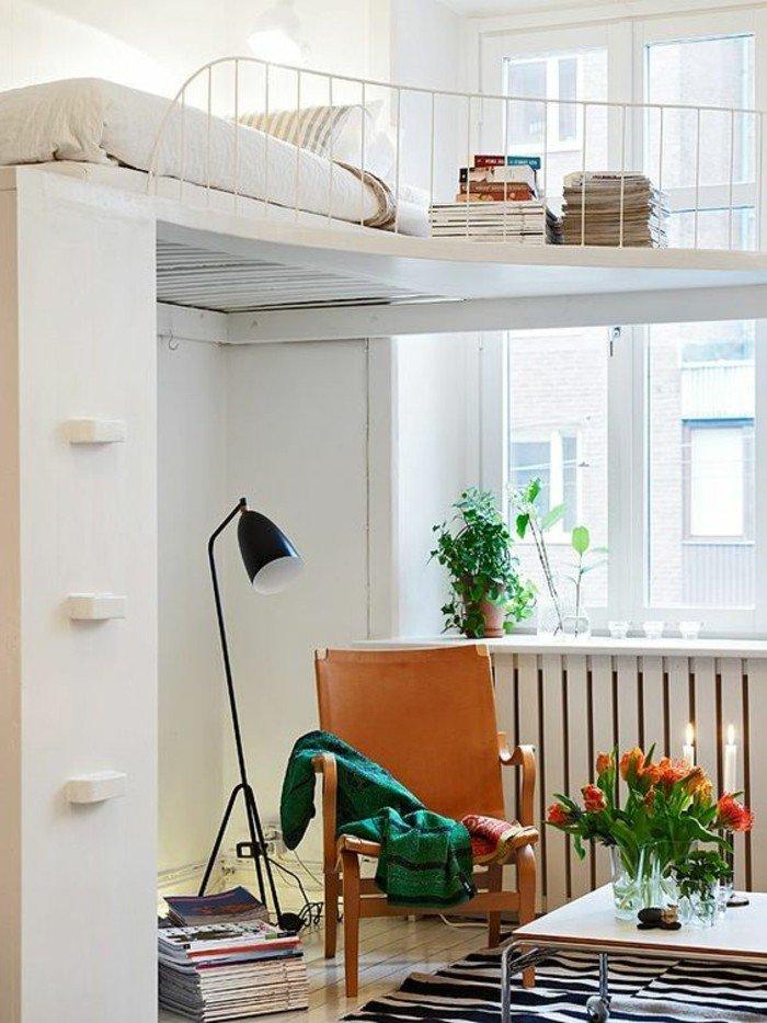 ein oranger Sessel, Blumen in einer Vase, Kerzen, eine Stehlampe, kleine Räume einrichten