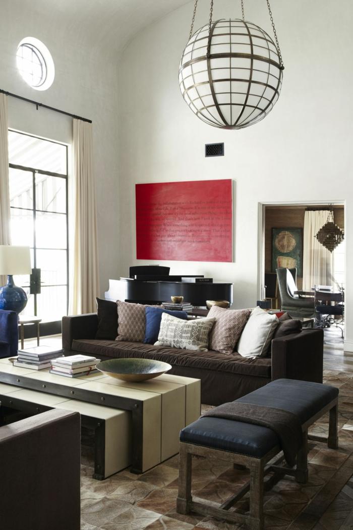 weiße Wandfarbe, braunes Sofa, ein weißer Tisch, ein rotes Wandbild, eine Lampe, Wohnzimmer Farben