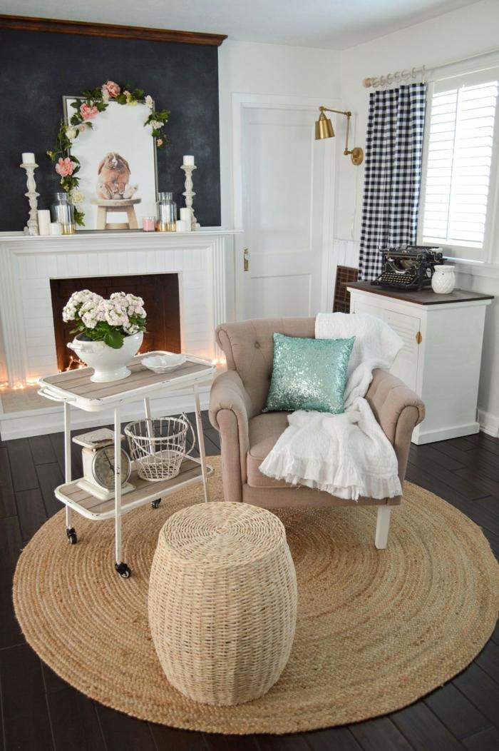 ein Kamin in weißer Farbe, ein Spiegel über dem Kamin, ein runder Teppich, Wohnzimmer Farben