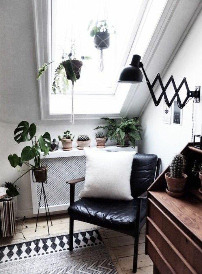 ein Fenster in einer Dachwohnung, ein schwarzer Sessel, ein weißes Kissen, Wohnzimmer gestalten