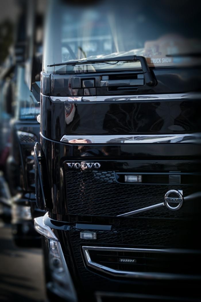 ein Lastkraftwagen von Volvo in schwarzer Farbe, Bildschirmhintergrund für Fans von Autos