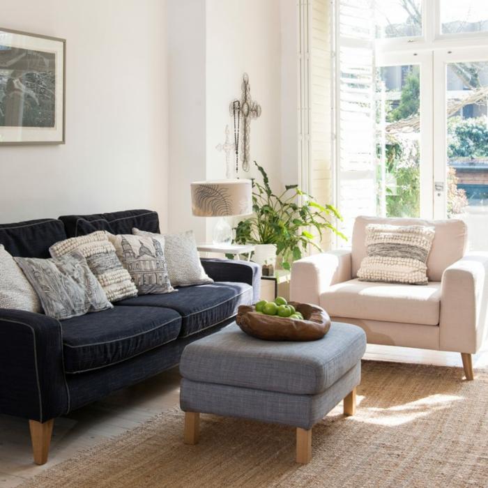 weiße Wandfarbe, Wohnzimmer Farben, ein blaues Sofa, ein weißer Sessel, schwarz weiße Kissen