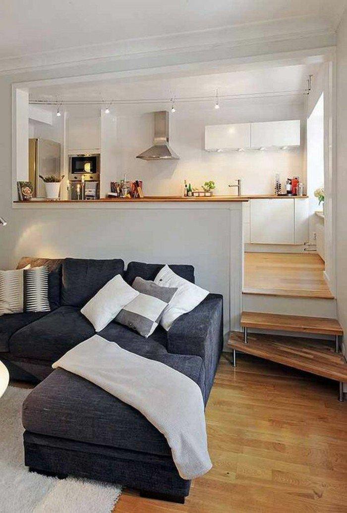 ein graues Ecksofa, weiße Kissen, ein weißer Teppich, eine weiße Decke, Wohnzimmer gestalten