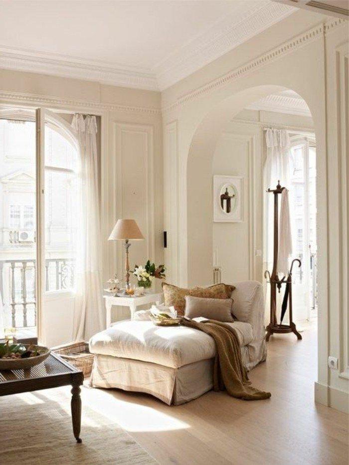 ein helles Wohnzimmer gestalten, ein beiges Sessel, ein Laminatboden, hohe Türen, eine Stehlampe